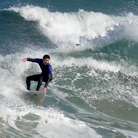 丹後の海でサーフィン